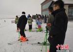 12月9日,游客冒雪赶到滑雪场。 史玉江 摄 - 中国新疆网