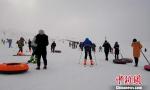 游客在滑雪场不仅能欣赏美丽的雪景,还能体验滑雪带来的乐趣。 史玉江 摄 - 中国新疆网