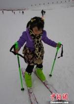 图为一位乌鲁木齐小朋友初次体验雪板。 史玉江 摄 - 中国新疆网