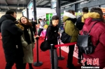 在营业大厅购买滑雪票和租赁雪具的人排着长队。 史玉江 摄 - 中国新疆网