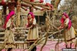 罗布人村寨景区里的人们为游客献上做饭舞。 庞博 摄 - 中国新疆网