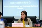 1月11日,新疆维吾尔自治区涉疆问题新闻发布会在北京举行。新疆维吾尔自治区人民政府新闻办公室发言人祖力亚提·司马义在发布会上说,疆内各族群众与国外亲属的通信联系是自由的、正常的。 中新社记者 富田 摄 - 中国新疆网