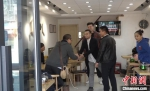 忙碌起来的时候他们在店里招呼客人 张践 摄 - 中国新疆网